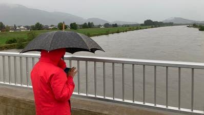 Der Rhein, wie hier in Diepoldsau, führte am Wochenende viel Wasser – inzwischen hat sich die Situation entspannt. (Bild: Ralph Ribi)