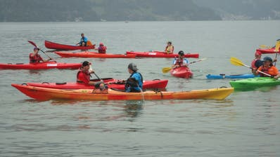 Die Leiter und Teilnehmer beim «Fangis», bevor sie auf den See hinaus paddeln. (Bilder: Ruedi Wechsler(Buochs, 28. August 2020))