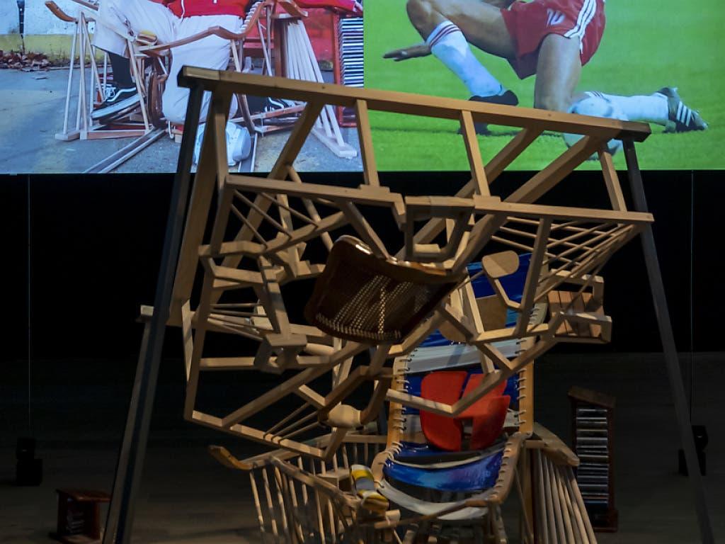 Mit komplizierten Gerüsten ermöglicht Taro Izumi Normalbürgern, grosse Momente der Fussballgeschichte nachzustellen. Zu sehen sind die Installationen im Museum Tinguely Basel.