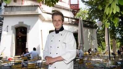 Der Küchenverantwortliche Dominik Blatter im Biergarten des Restaurants Militärkantine. (Ralph Ribi)