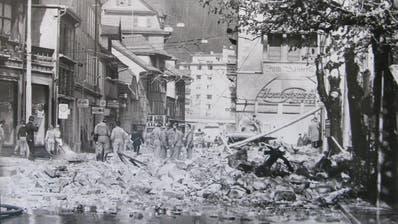 Ganze Stockwerke der ehemaligen Kaserne stürzten bei der Explosion auf die Strasse. (Quelle: Stadtarchiv Luzern)