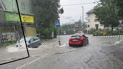 Beim Stadtluzerner Brüelkreisel in Luzern staute sich am Montag das Wasser. (Bild: VBL)