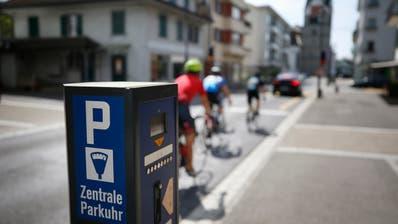 Baar: Die Zuger Gemeinde Baar will die Parkgebühren erhöhen. Im Bild Parkuhr und Parkplätze an der Dorfstrasse. (Bild: Stefan Kaiser, (Baar, 17. April 2020))