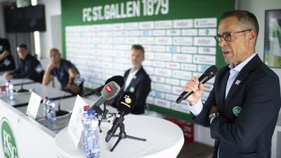 Gleich zu Beginn der Pressekonferenz verkündet FCSG-Präsident Matthias Hüppi, dass Cedric Itten den Verein verlässt. (Bild:Gian Ehrenzeller/Keystone)