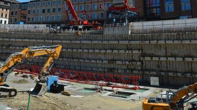 Das Grundgerüst des Krans stand bereits am Mittwochmittag. Der Ausleger wurde Stück für Stück in der Baugrube zusammengebaut und am Nachmittag raufgehievt. (Bildmaterial: Smilla Bühler)