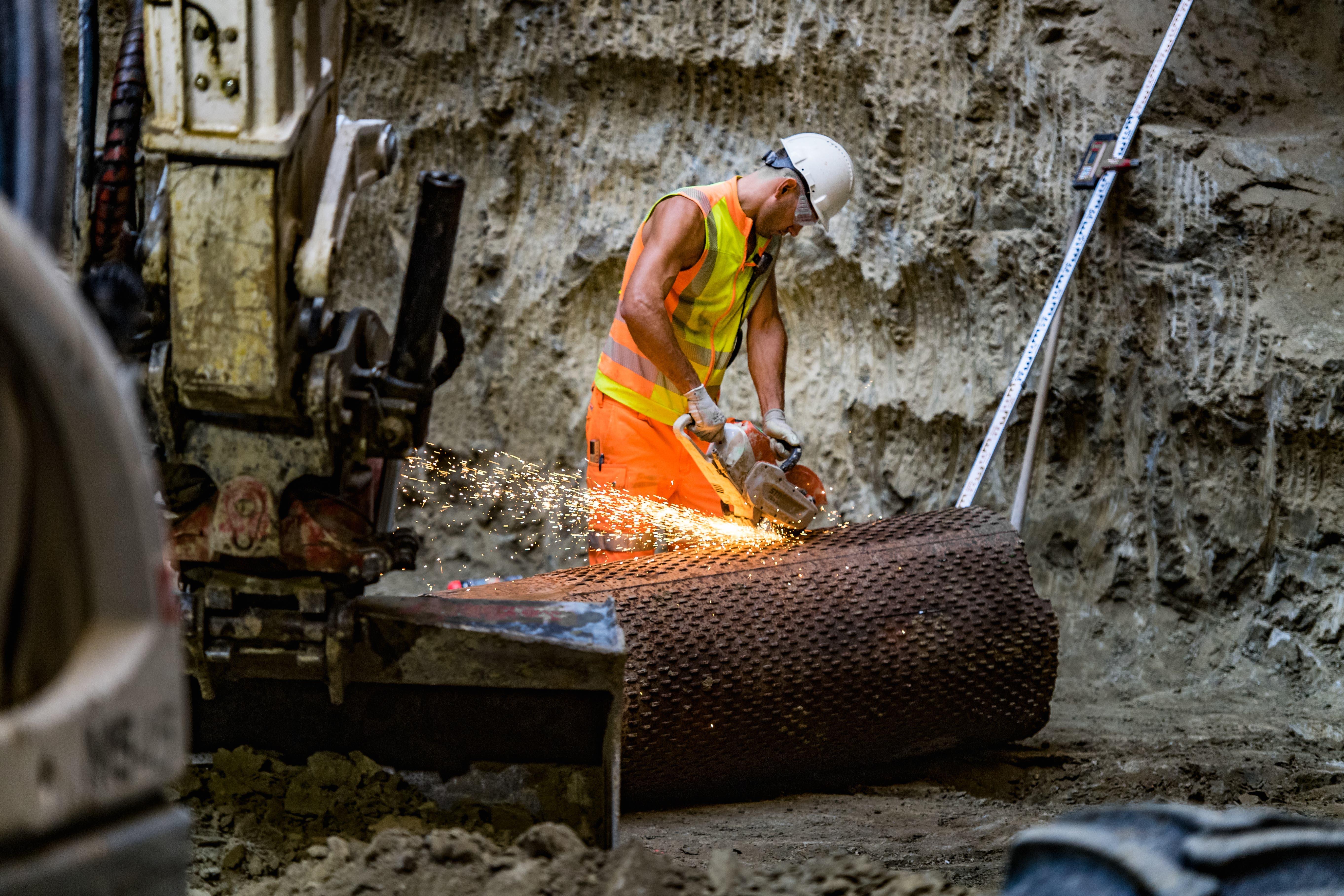 Mit einer Kreissäge werden die Entwässerungsrohre zerschnitten und zurückgebaut.