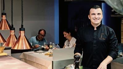 Gourmetkoch Agron Lleshi bewirtet in der Küche im St.Galler «Jägerhof» gerne Gäste. (Bild: Nik Roth)
