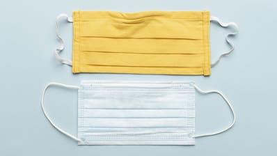 Welche Maske schützt besser? Die selbstgemachte Textilmaskeoder die Hygienemaske? (Bild: Christian Beutler / KEYSTONE)