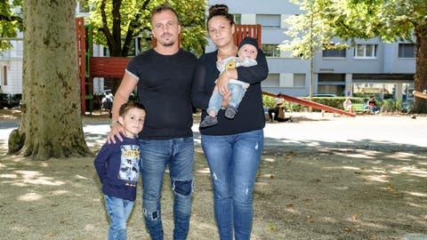 Die Eltern und Geschwister des in Basel ermorderten Ilias. Der Prozess gegen die Täterin, eine 76-Jährige, beginnt in den kommenden Tagen. (Kenneth Nars)