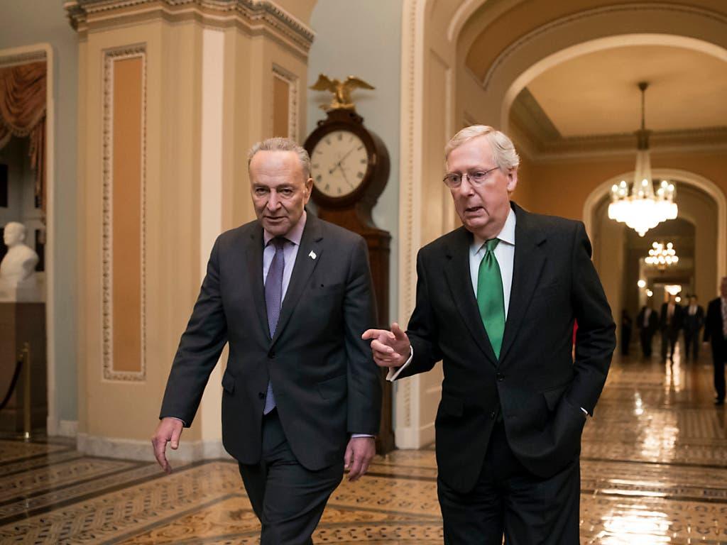 Mitch McConnell, Mehrheitsführer im US-Senat (rechts), und der Chef der demokratischen Minderheit, Chuck Schumer, haben von republikanischen Senatoren einen Brief erhalten. Darin sprechen sich die Senatoren für eine Fortsetzung der Hilfen an Fluggesellschaften aus.