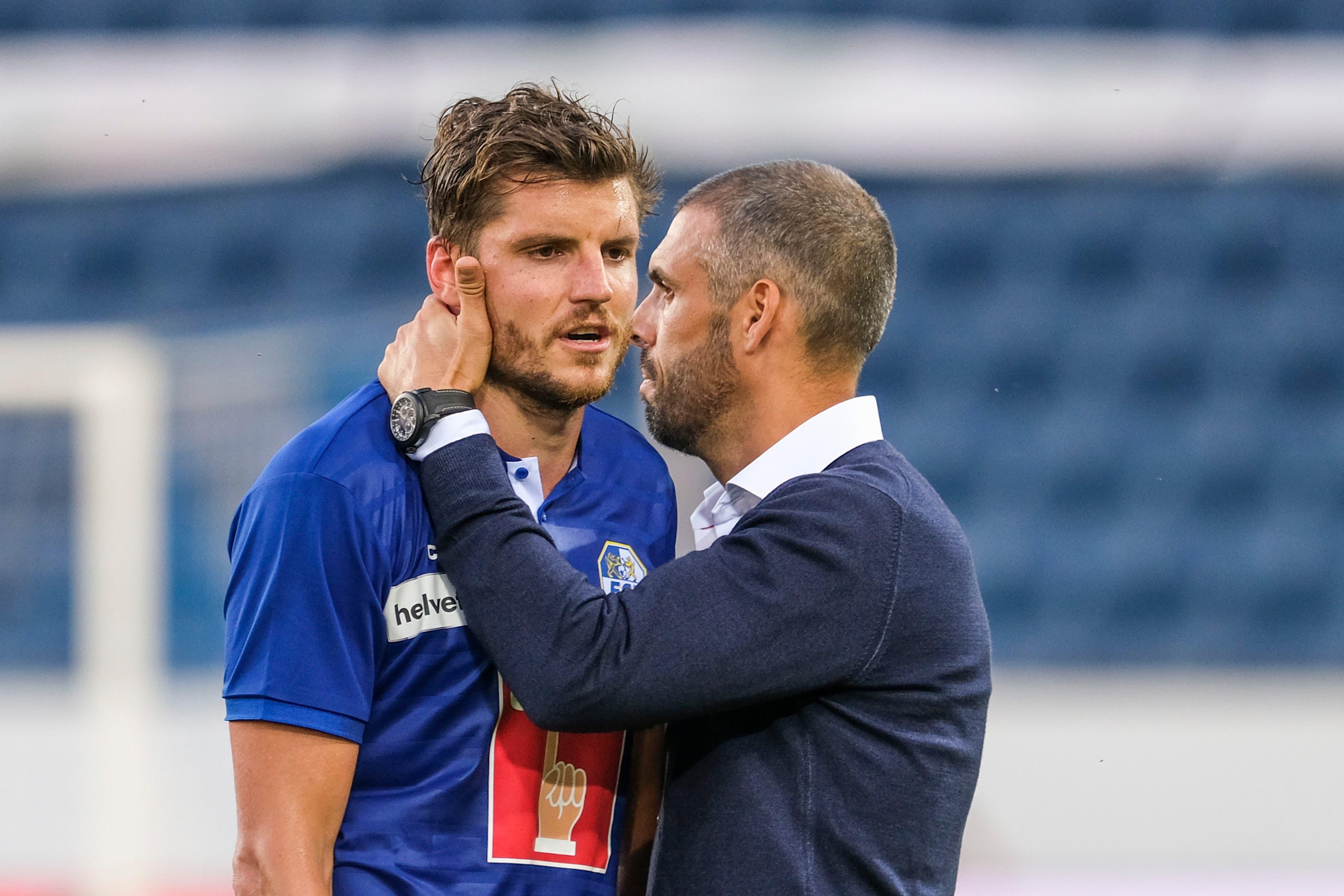 FCL-Trainer Fabio Celestini (rechts) tröstet einen enttäuschten Pascal Schürpf.