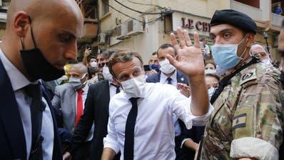 Frankreichs Präsident Emmanuel Macron besucht das verwüstete Hafenviertel von Beirut. Die ehemalige Kolonialmacht Frankreich hat Hilfe für den Libanon zugesagt. (Thibault Camus / AP)