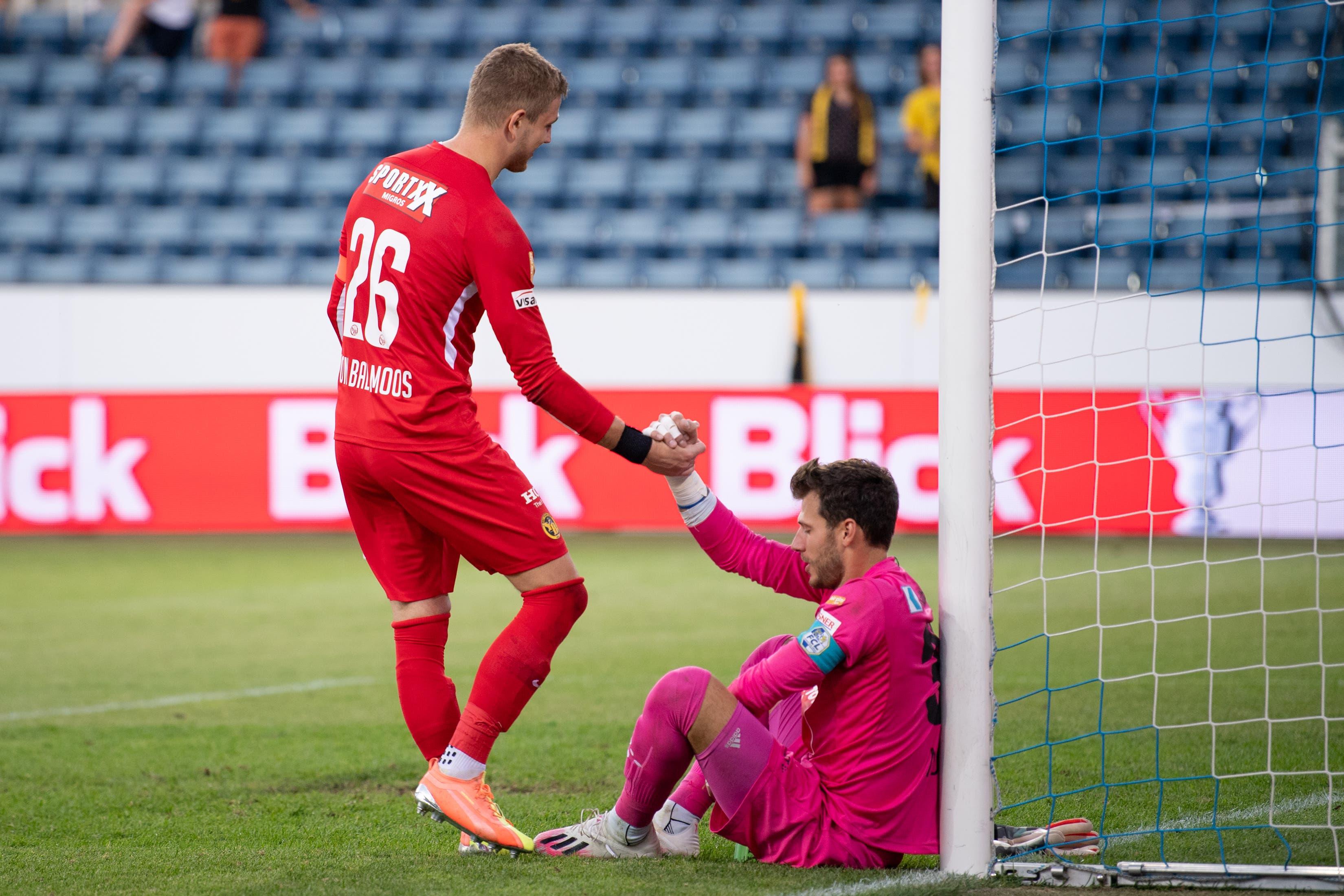 YB-Torhüter David von Ballmoos tröstet einen enttäuschten FCL-Torhüter Marius Müller nach dem Spiel.