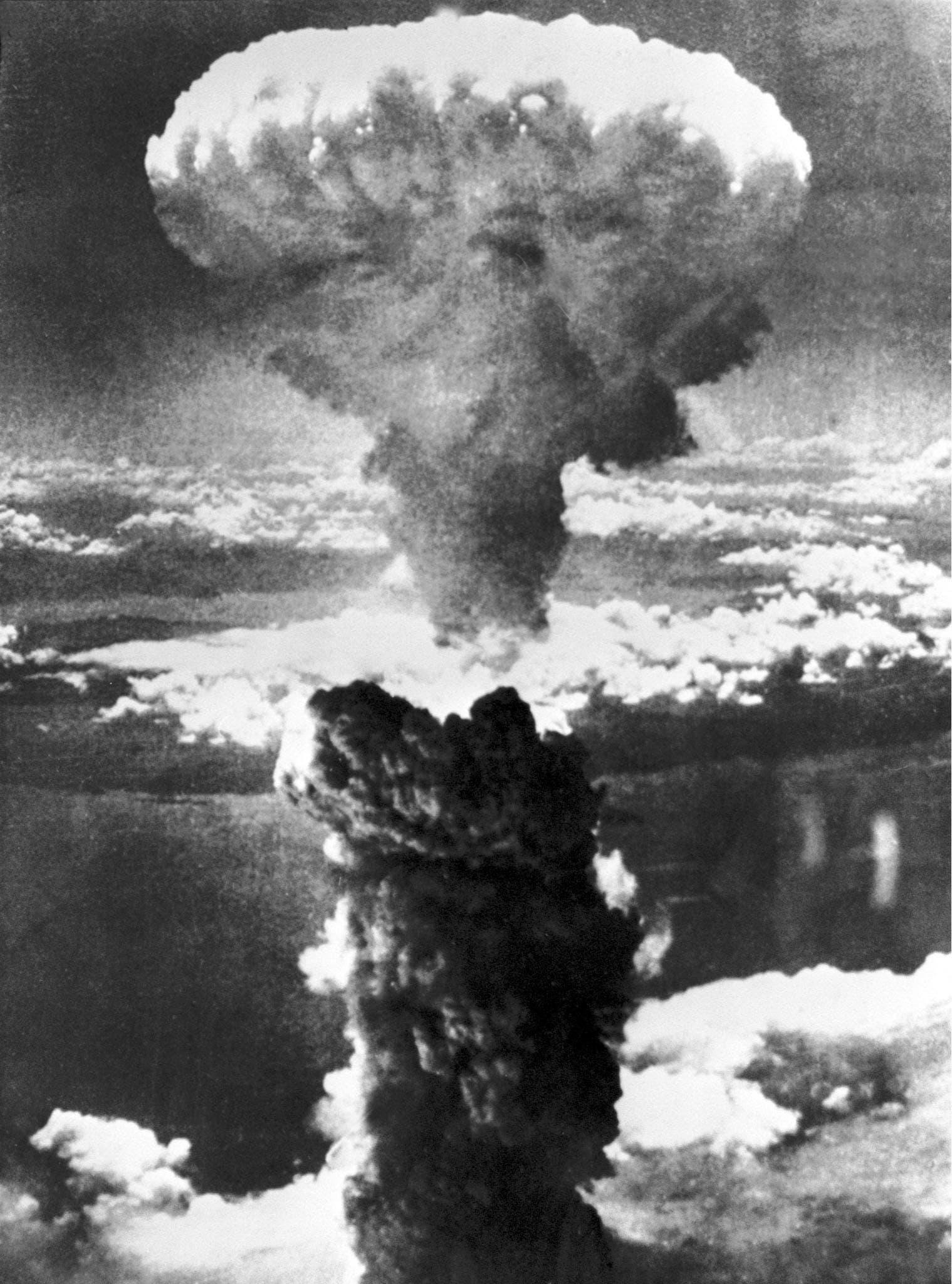 Drei Minuten nach der Explosion bildet sich über der Stadt ein riesiger Atompilz.