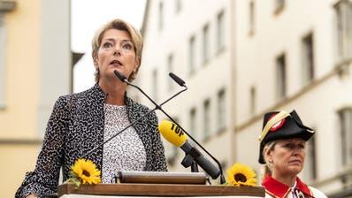 Justizministerin Karin Keller-Sutter bekommt Unterstützung von den Bundesräten Ignazio Cassis, Alain Berset, Simonetta Sommaruga und Guy Parmelin (v.l.). (Bilder: Keystone)