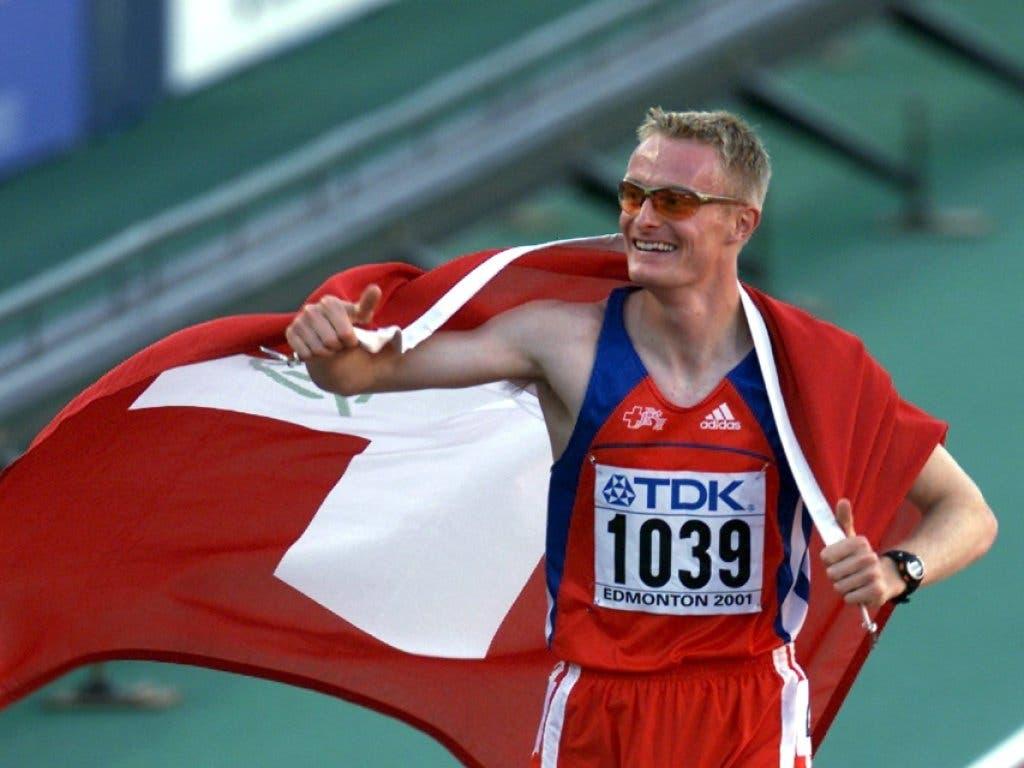 André Bucher lässt sich nach seinem WM-Triumph über 800 m auf der Ehrenrunde feiern