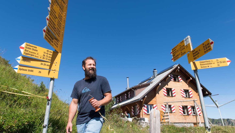 Christian Affolter vor der Lidernenhütte, die er seit diesem Jahr bewartet. (Bild: Eveline Beerkircher (6. August 2020))
