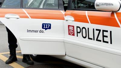 Symbolbild: Polizei Nidwalden. zwei Polizisten fotografiert am 03. September 2014 beim Polizeigebäude Stans. Polizei, Polizisten (Corinne Glanzmann (neue Nz) / Neue Nidwaldner Zeitung)
