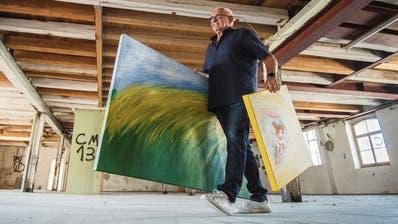 Aurelio Wettstein gestaltet seine Ausstellungen selber; hier bringt er zwei Bilder in die Bruggmühle. (Bild: Reto Martin (Bischofszell, 27. Mai 2020))