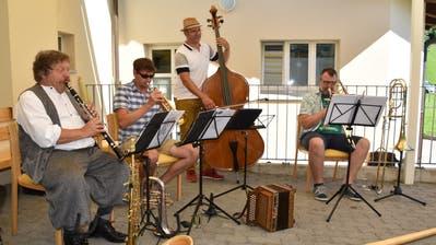 DerAuftritt des Peter Gisler Quartetts erfreute die Bewohnerinnen und Bewohner der Flüeler Seerose. (Bild: Georg Epp (Flüelen, 30. Juli 2020))