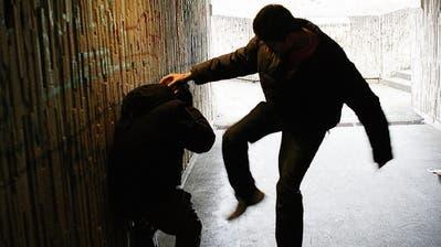 Wenn die Folgen der Pandemie spürbar sind, reagieren manche Menschen mit Gewalt.
