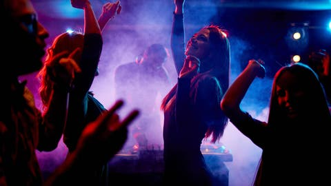 Group of dancing young people enjoying night in club model released Symbolfoto PUBLICATIONxINxGERxSUIxAUTxONLY Copyright: xpressmasterx Panthermedia13460750 (Pressmaster / imago stock&people)