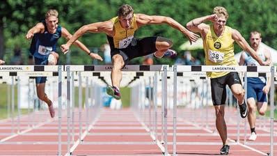 Simon Ehammer (Mitte) verbesserte über 110 m Hürden und in weiteren vier Disziplinen seine persönliche Bestleistung. (Bild: Ulf Schiller/Athletix (Langenthal, 9. August 2020))