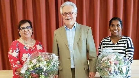 Die neue Präsidentin von Katholisch Müllheim, Annamaria Votta, der ehemalige Präsident Toni Waeffler undNimalini Jeneyston, neues Mitglied der Kirchenvorsteherschaft. (Bild: PD)