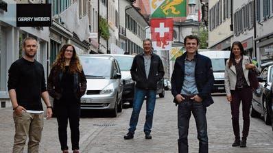 Ein Teil des Weihnachtsmarkt-OK auf der Zürcherstrasse in der Altstadt: René Stebler, Caroline Schwar, Marco Parolari, Simon Biegger und Daniela Hinnen. ((Bild: Mathias Frei))
