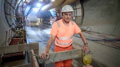 Das acht Meter tiefe und fünf Meter breite Loch oberhalb des Tunnels. (Bild: Keystone)