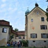Die Mitglieder des Vereins Heimatschutz Thurgau konnten die Luxburg in Egnach besichtigen. (Bild: Judith Schuck)