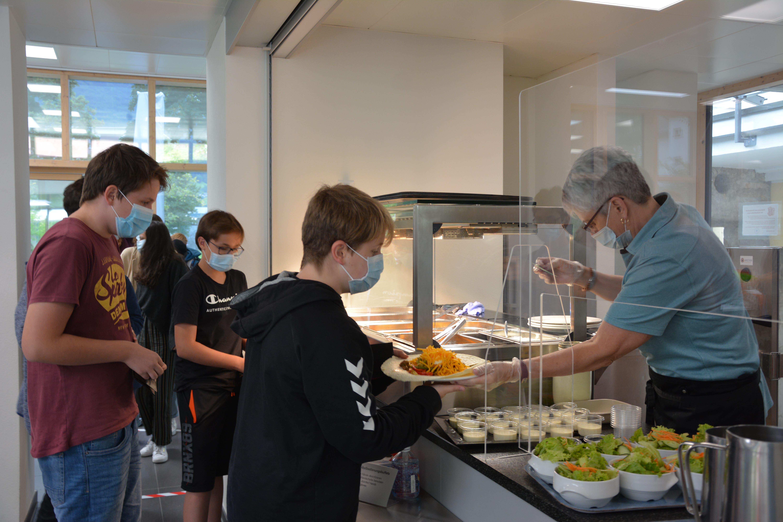 Der Pilotversuch Mittagstisch stösst bei den Schülern des Kollegis Altdorf auf grosse Resonanz.
