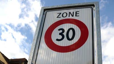 Auf der Kantonsstrasse im Dorfzentrum von Rothenburg lief schon 2014 ein Pilotversuch für eine Tempo-30-Zone. (Symbolbild: Nadia Schärli (Rothenburg,21. Oktober 2014))