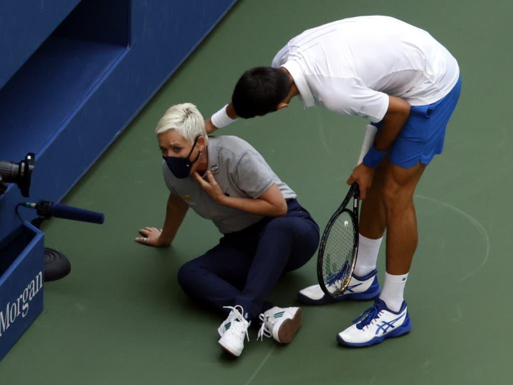 Der Topfavorit Novak Djokovic machte den Weg frei für einen neuen Grand-Slam-Champion, nachdem er mit einem Ball eine Linienrichterin getroffen hatte und deshalb disqualifiziert wurde