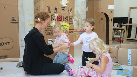 Blick ins Gestaltungsatelier. Yvonne Amstad unterstützt die Kinder beim kreativen Entdeckungsprozess. (Bilder: Marion Wannemacher (Sarnen, 9. September 2020))