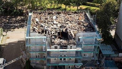 Der Dachstock des ehemaligen Hotels wurde komplett zerstört (Bild: Ralph Ribi)