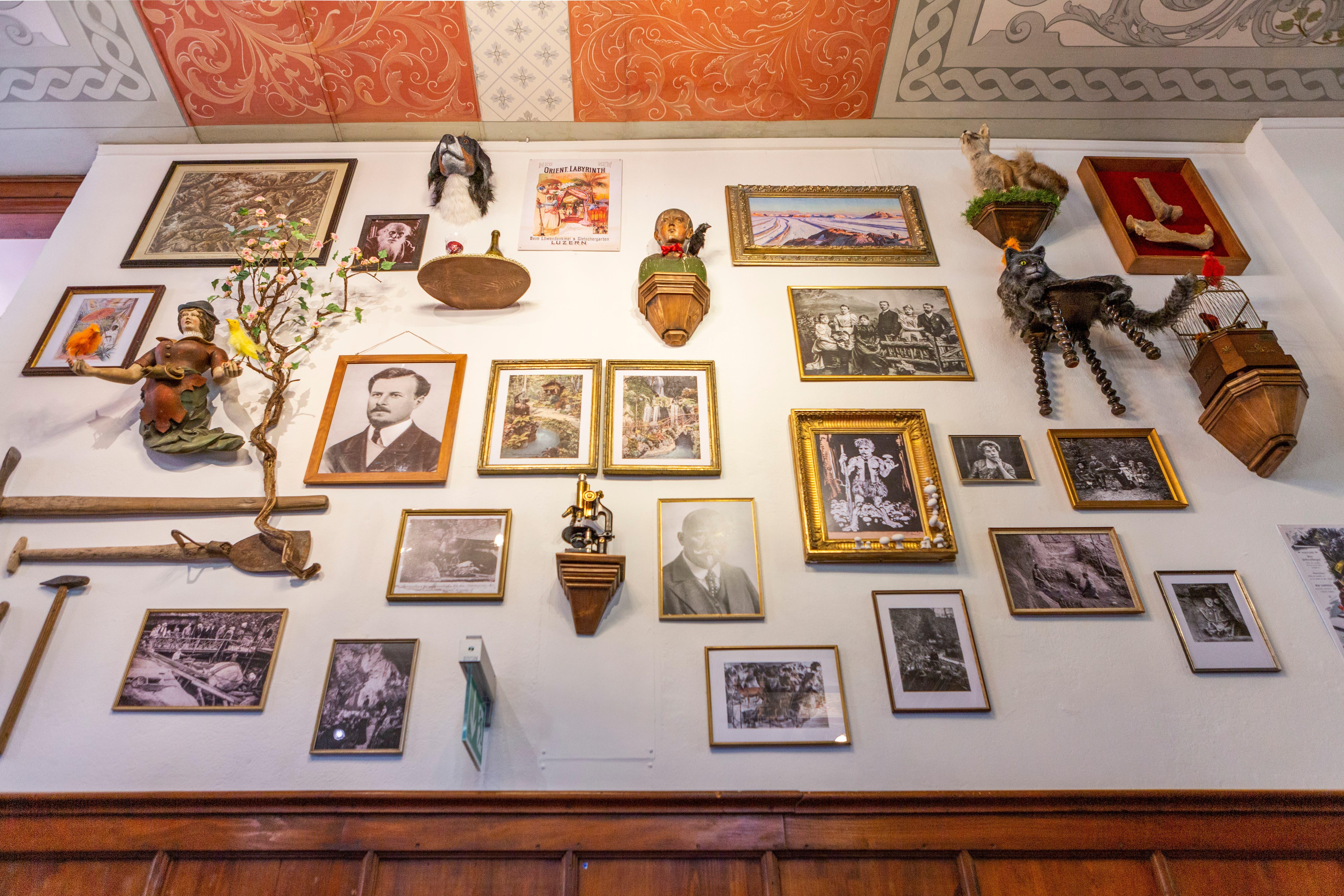 Die Gründerwand im Innern des Schweizerhauses ist voller Persönlichkeiten und Sammelstücke, die den Gletschergarten geprägt haben.