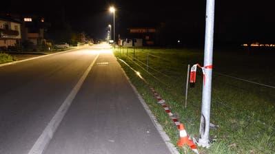Das war knapp: Erst touchierte ein Autofahrer in Azmoos eine Strassenlaterne und überfuhr einen Fussgänger nur deshalb nicht, weil sich dieser mit einem Sprung über den Zaun rettete. (Bild: Kapo)