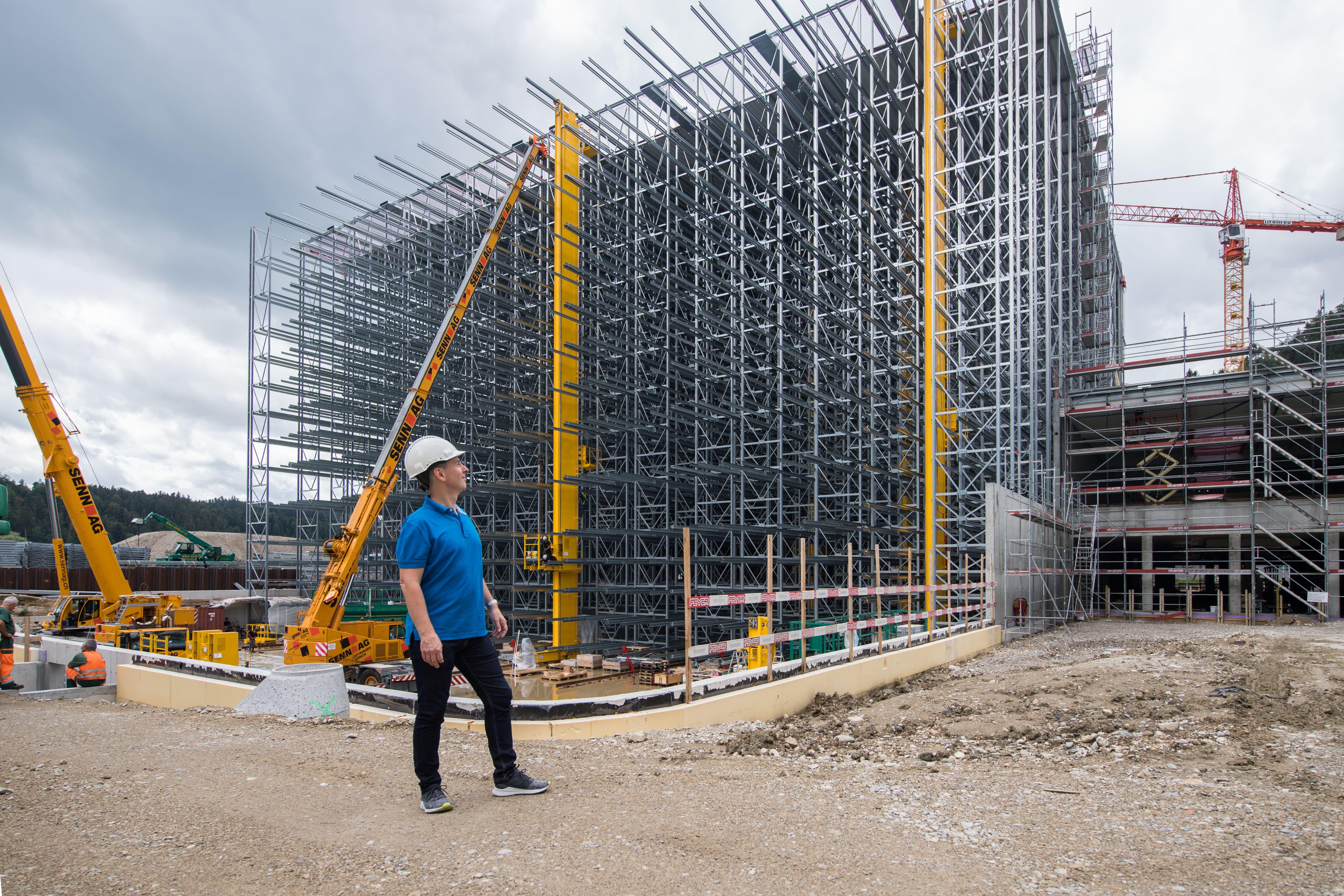Brack: Firmeninhaber Roland Brack vor dem neuen Logistikzentrum in Willisau. Brack hat seit Jahresbeginn über 100 neue Stellen aufgebaut.