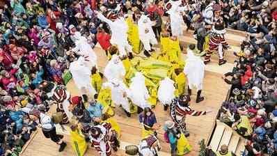 An der Fasnacht sind coronatechnisch zu viele Menschen auf zu engem Raum – wie hier in diesem Jahr am traditionellen Brotauswerfen in Einsiedeln. (Bild: Keystone)