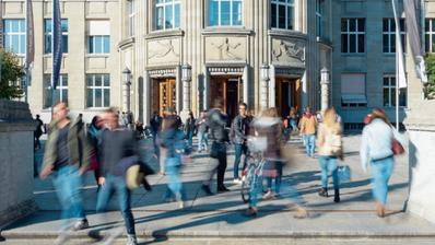 Obwohl die Universitäten mehr Studierende verzeichnen, dürfte das Gewimmel wie hier vor der Uni Zürich wegen der Coronaeinschränkungen kleiner werden. (PD)