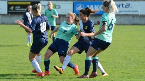 Eliane Werder (Mitte) schoss für Bütschwil ihr erstes Tor in der Meisterschaft – zum Sieg reichte es trotzdem nicht. (Bild: Beat Lanzendorfer (Bütschwil, 13. September 2020))