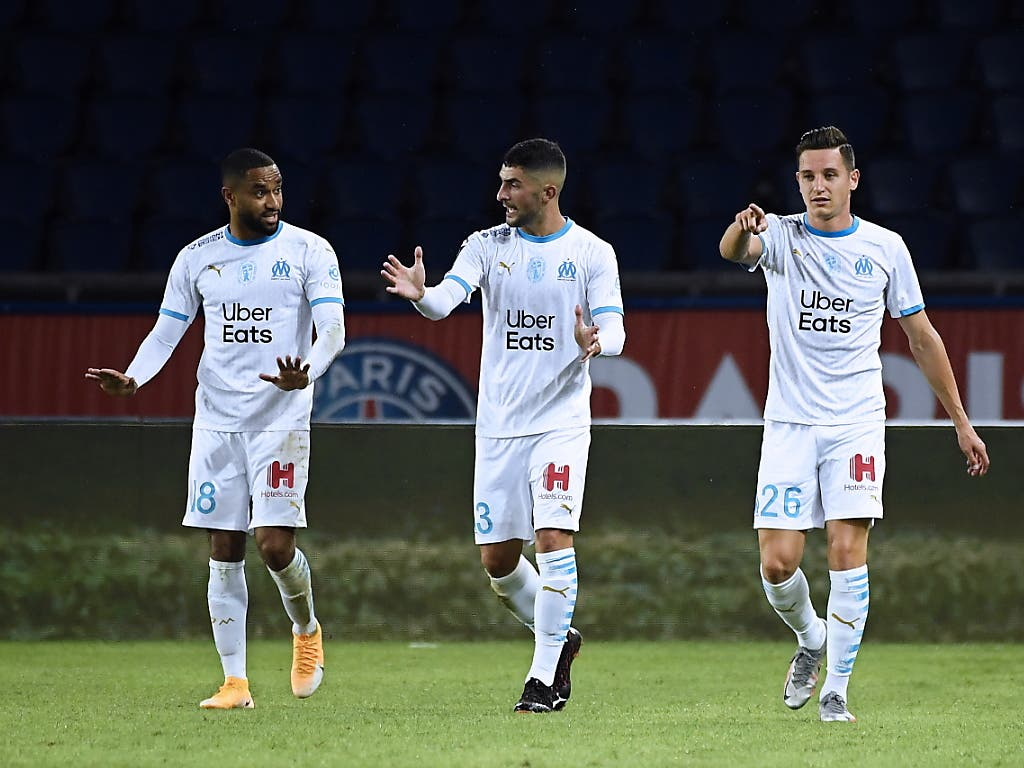 Marseilles Torschütze Florian Thauvin (rechts) freut sich mit Jordan Amavi (links) und Alvaro Gonzalez