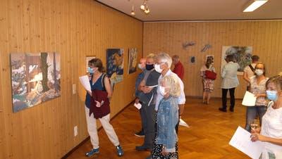 Die Besucher der Vernissage zeigten viel Interesse an den Werken der acht Künstler zum Thema Pilatus. (Bild: Kurt Liembd (Kägiswil, 11. September 2020))