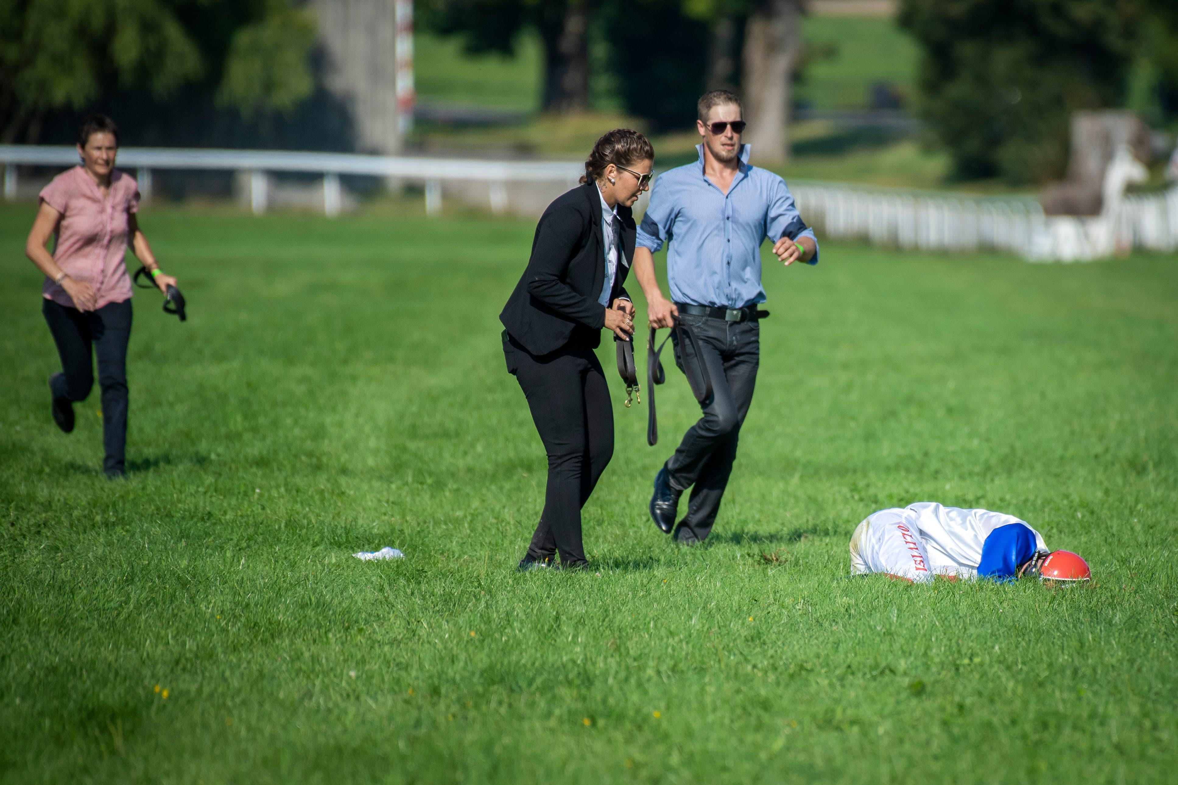 Ein Jockey stürzt während des Grossen Preises von Stadler am 40. Swiss Derby in Frauenfeld.