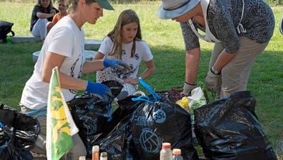 Die Helfer am «Clean-up-Day» sortieren den gesammelten Abfall, um ihn ordnungsgemäss entsorgen zu können. (Bild: Andreas Taverner)