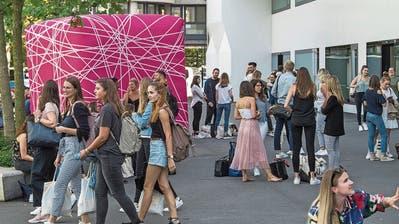 Heute mit mehr Abstand: Studienanfängerinnen vor dem Uni- und PH-Gebäude in Luzern vor einem Jahr.