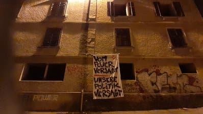 «Vom Feuer verjagt – unsere Politik versagt»: Dieses Transparent hängten Aktivistinnen und Aktivisten in der Nacht auf Montag an die Fassade eines leerstehenden Hauses an der Felsenstrasse. (Bild: PD)