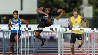 Jason Joseph (Mitte) gewinnt in Basel den Schweizer Meistertitel über 110 Meter Hürden. (Bild: Georgios Kefalas/Keystone (12. September 2020))