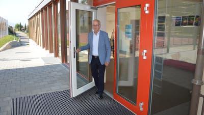 Der abtretende Gisiker Gemeinderat Josef Lötscher (CVP) öffnet die Tür zum Erweiterungsbau des Schulhauses Mühlematt. (Bild: Simon Mathis(Gisikon, 12. September 2020))